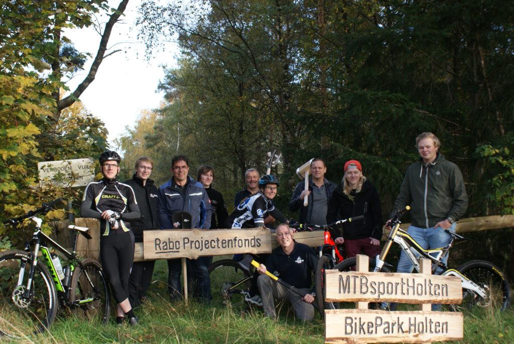 Picture: Vrijwilligers in de startblokken Bikepark Salland Twente te Holten
